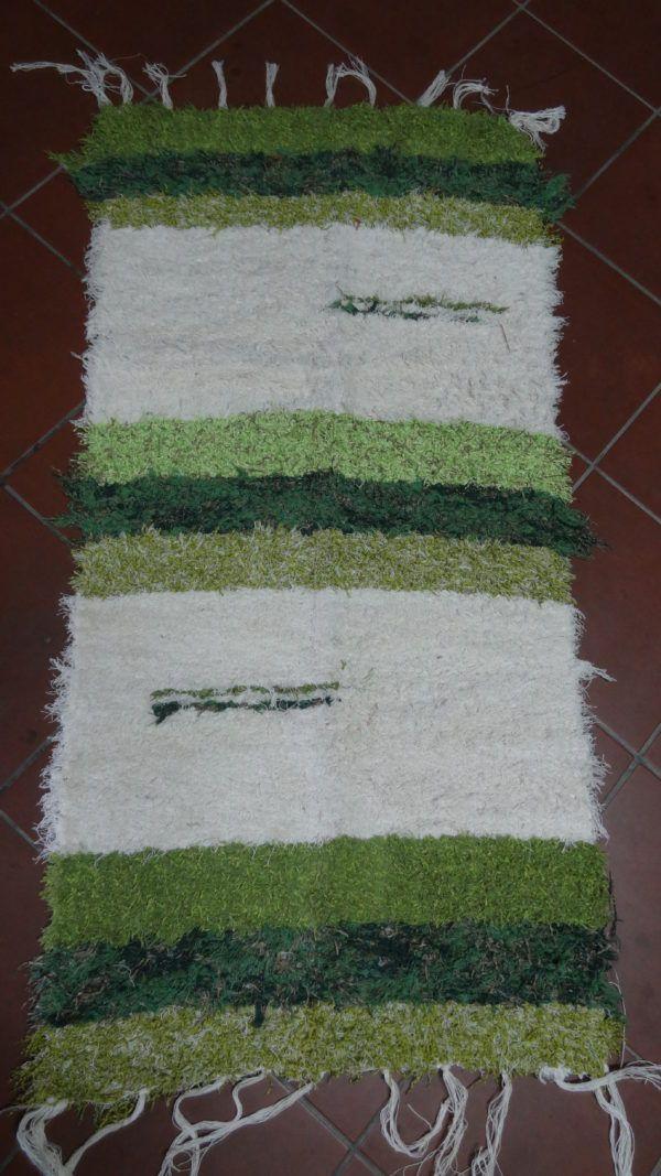 Jarapa pie de cama en tonos verdes con beis