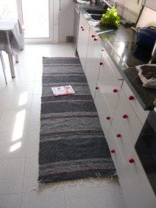 Jarapa de cocina en tonos grises. La dimensión de larga a medida