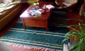 Jarapa, alfombra alpujarreña en tonos verdes, diseñada para este salón